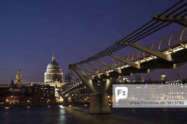 St. Paul's Cathedral mit der Millenniums Bridge Brücke über die Themse  London  England  Vereinigtes Königreich  Europa