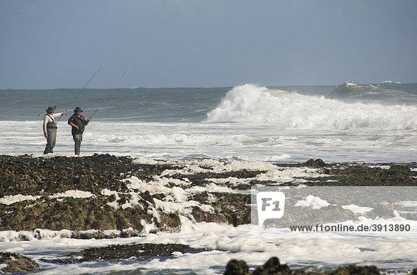 Zwei Fischer  Angler  Wellen  Brandung  Gower Peninsula  Wales  Großbritannien  Europa