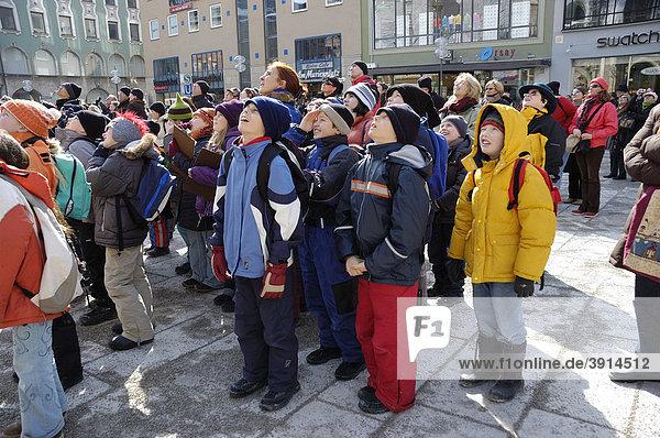 Schulklasse beim Glockenspiel vor dem Rathaus von München  Oberbayern  Bayern  Deutschland