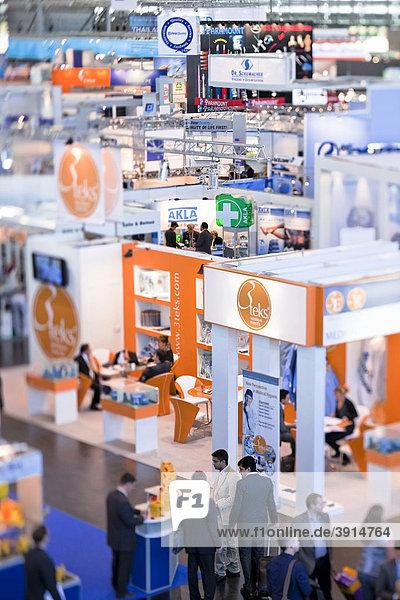 Messestände der Pharmaindustrie in der Messehalle 6 während der Fachmesse Medica in Düsseldorf  Nordrhein-Westfalen  Deutschland  Europa
