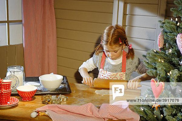 Kleines Mädchen beim Plätzchen backen  Weihnachtsbäckerei  Weihnachten