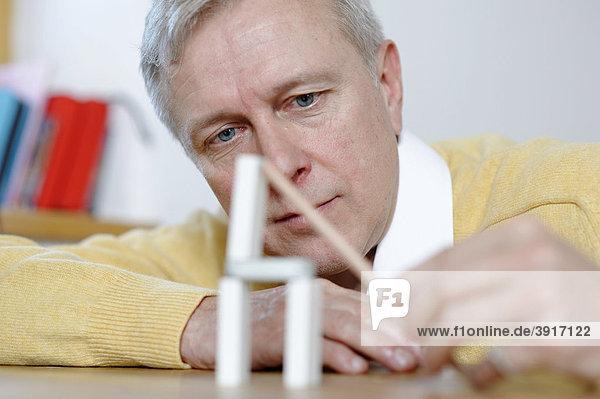 Mann  Ingenieur  Erfinder  Architekt beim Grübeln  Planen  Geduldspiel  überlegen