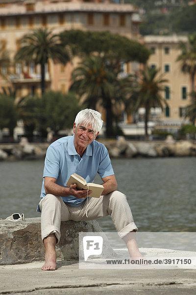Senior liest ein Buch  Norditalien  Europa  Rapallo