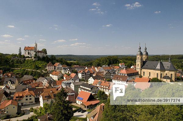 Aussicht vom Gernerfels auf die Burg und Wallfahrtsbasilika von Gössweinstein  Fränkische Schweiz  Franken  Bayern  Deutschland  Europa