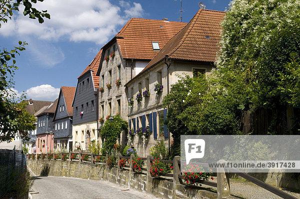 Schiefergedeckte Sandsteinhäuser säumen den Oberen Markt in Thurnau  Fränkische Schweiz  Franken  Bayern  Deutschland  Europa