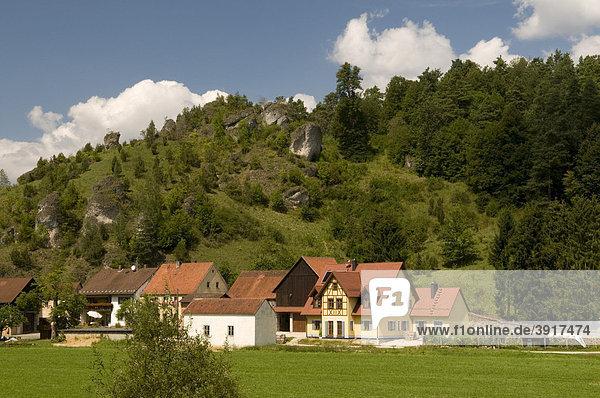 Malerisch gelegener Ort Oberailsfeld im Ahorntal  Naturpark Fränkische Schweiz  Franken  Bayern  Deutschland  Europa