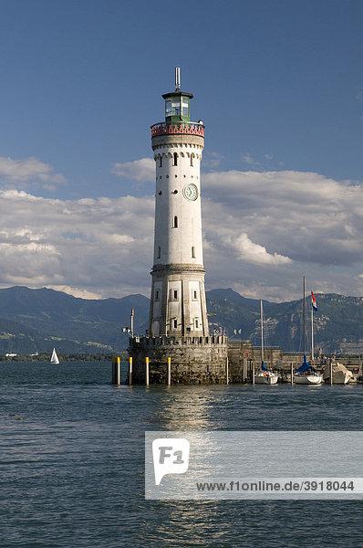 Leuchtturm an der Hafeneinfahrt von Lindau  Bodensee  Bayern  Deutschland  Europa