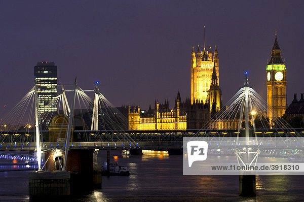 Hungerford Bridge  Houses of Parliament und Big Ben bei Nacht  London  England  Großbritannien  Europa