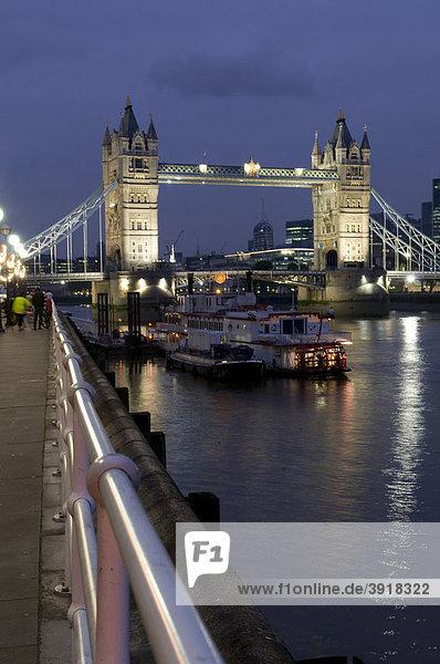 Tower Bridge und Themse bei Nacht  London  England  Großbritannien  Europa