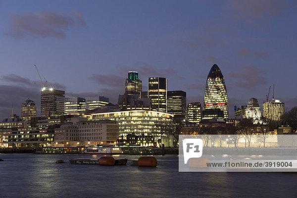 Nachtaufnahme und Skyline am Themseufer  London  England  Großbritannien  Europa