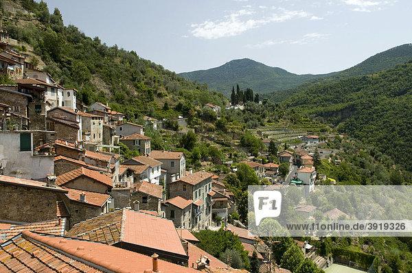 Ausblick auf das Bergdorf Apricale  Riviera  Ligurien  Italien  Europa