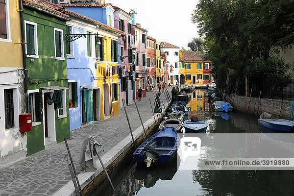 Kanal mit Häuserfront  Burano  Venedig  Venetien  Italien  Europa