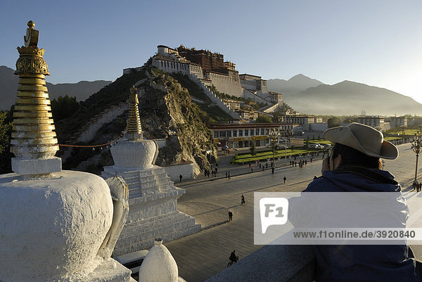 Potala Palace in the morning sun  the winter palace of the Dalai Llama  Lhasa  Tibet  China  Asia