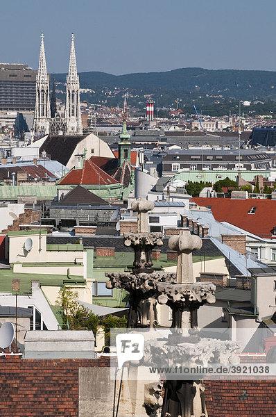 Blick vom Stephansdom auf Stadt mit Votivkirche  Wien  Österreich  Europa