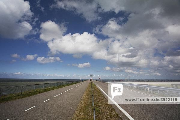 Landstraße auf dem Deich zwischen Nord-Holland und Friesland  Afsluitdijk  Ijsselmeer  Niederlande  Europa