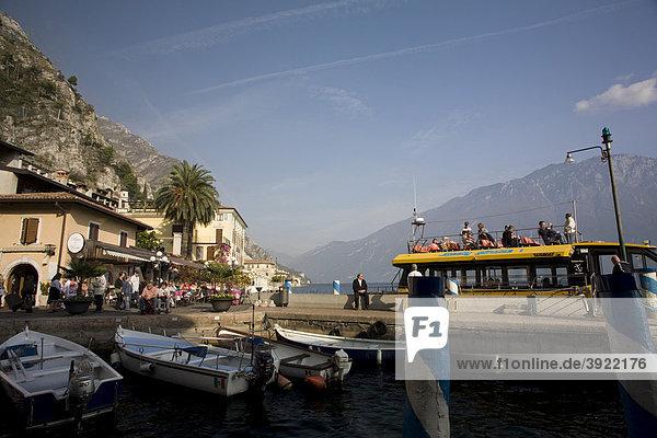 Limone sul Garda  Hafen am See mit Booten  Touristenhotels und Restaurants in der Bucht  Gardasee  Italien  Europa