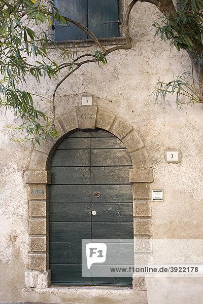 Haus mit grüner Eingangstür  Limone sul Garda  Italien  Europa