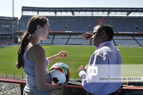 FIFA-Weltmeisterschaft 2010  Deutsch-südafrikanische Kooperation  Expertin des Deutscher Entwicklungsdienst DED mit Mitglied des südafrikanischen Organisationskommittees  Loftus Versfeld Stadion  Pretoria  Südafrika  Afrika