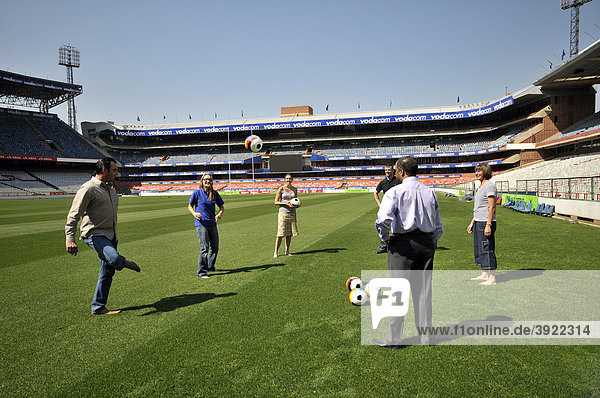 FIFA-Weltmeisterschaft 2010  Deutsch-südafrikanische Kooperation  Experten von Deutscher Entwicklungsdienst DED und InWEnt und Mitglied des südafrikanischen Organisationskommittees kicken sich Bälle zu  Loftus Versfeld Stadion  Pretoria  Südafrika  Afrika