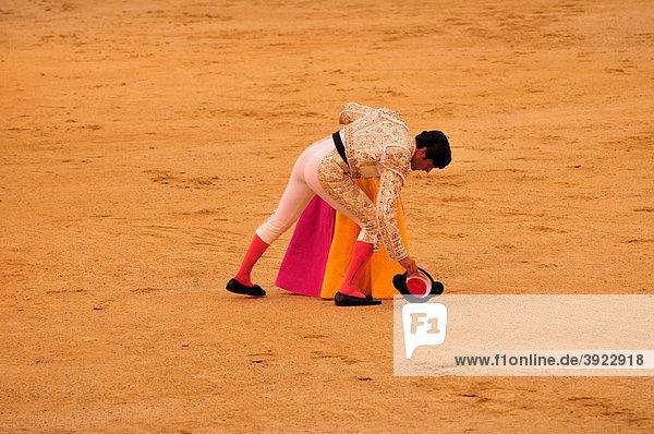 Stierkämpfer nimmt seinen Hut  Stierkampfarena Las Ventas  Madrid  Spanien  Iberische Halbinsel  Europa