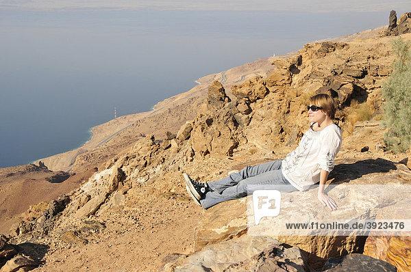 Frau genießt Blick vom Hochufer über das Tote Meer  bei Hamamat Ma'in  Jordanien  Naher Osten  Orient