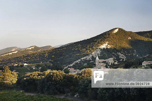 Malerisches Dorf im Morgenlicht  Le Pegue  Drome  Frankreich  Europa