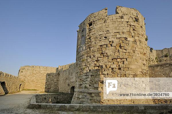 Teil der Befestigungsanlage beim Paulustor zum EmbÛrikos Hafen hin  Stadt Rhodos  Rhodos  Griechenland  Europa