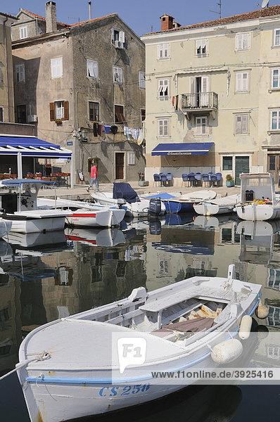 Hafen der Stadt Cres  Kroatien  Europa