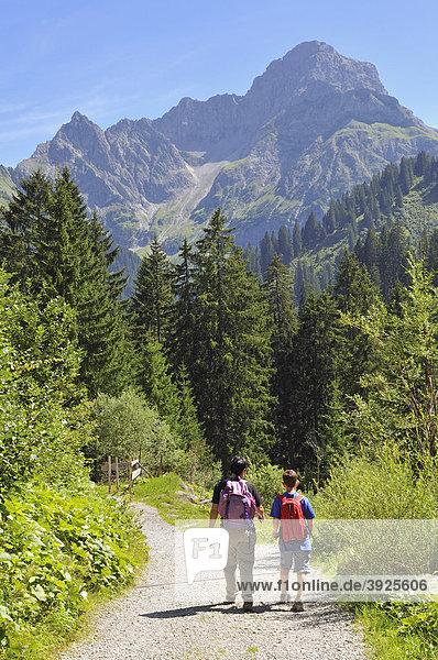 Wanderung im Turatal  Kleinwalsertal  Vorarlberg  Allgäuer Alpen  Österreich  Europa