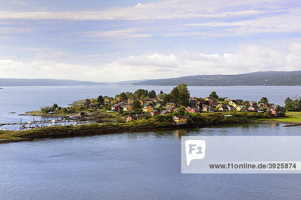 Insel mit typisch norwegischen Häusern im Oslofjord  Norwegen  Skandinavien  Nordeuropa