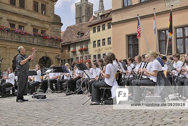 Standkonzert einer Schüler-Bigband  Marktplatz  Rothenburg ob der Tauber  Bayern  Deutschland  Europa
