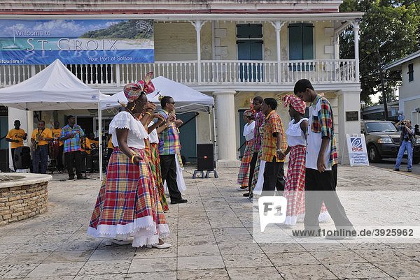 Folkloregruppe beim Tanzen einer Quadrille  Frederiksted  Insel St. Croix  US Virgin Islands  USA