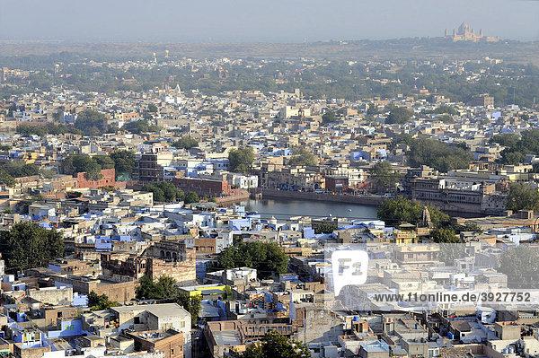 Blick auf Jodhpur  Die Blaue Stadt  hinten der Umaid Bhawan Palast  Rajasthan  Nordindien  Indien  Südasien  Asien