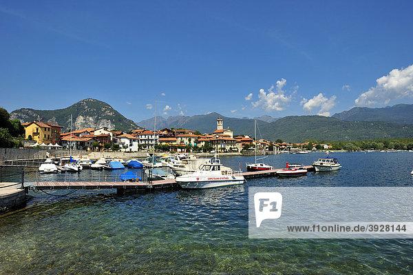 Ortsbild mit Hafen und Strand  Feriolo  Lago Maggiore  Piemont  Italien  Europa