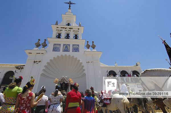 Pilger im El RocÌo Dorf  RomerÌa Wallfahrt nach El RocÌo  Almonte  Provinz Huelva  Andalusien  Spanien  Europa