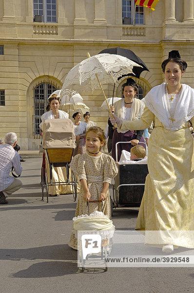 ArlÈsiennes  Frauen aus Arles  Fete du Costume Parade  Arles  Bouches du RhÙne  Provence  Frankreich  Europa