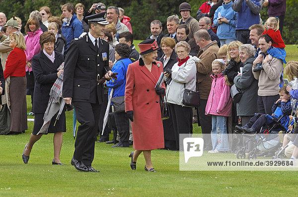 Königin Elizabeth II am Schloss Balmoral Castle  Aberdeenshire  Schottland  Vereinigtes Königreich  Europa