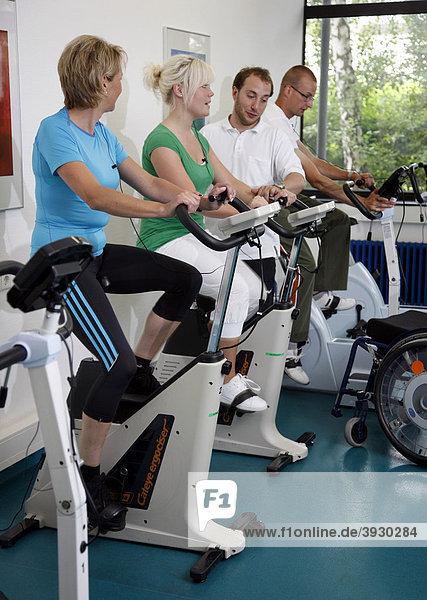 Patienten beim Kardiotraining mit Herzfrequenz- und Pulsschlag-Überwachung  Krankengymnastik  Physiotherapie in einem neurologischen Rehabilitationszentrum  Bonn  Nordrhein-Westfalen  Deutschland  Europa