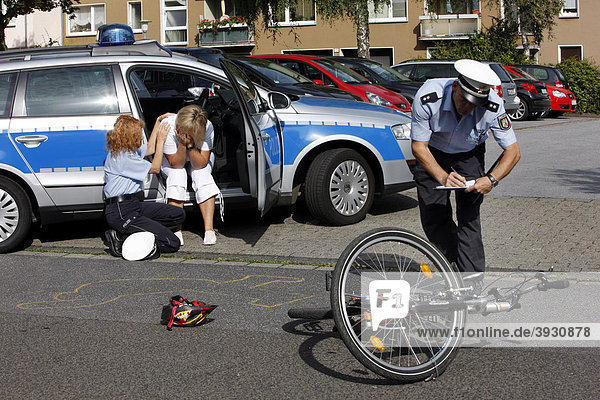 Polizeibeamte betreuen Zeuge eines Fahrradunfalls  Opferschutz  Notfallseelsorge  nachgestellte Situation  Deutschland  Europa