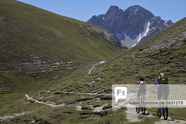 Mountain bike riders on the trail between the Kreuzjoch mountain gorge to the Ju dles Cacagnares  Parco naturale Fanes-Sennes-Braies  Veneto  South Tyrol  Italy  Europe