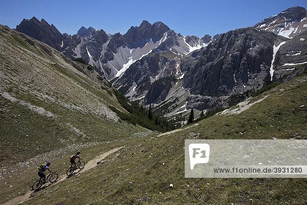 Mountainbike-Fahrerin und Fahrer auf Trail von der Kreuzjochscharte zum Ju dles Cacagnares  Naturpark Fanes-Sennes-Prags  Trentino  Südtirol  Italien  Europa