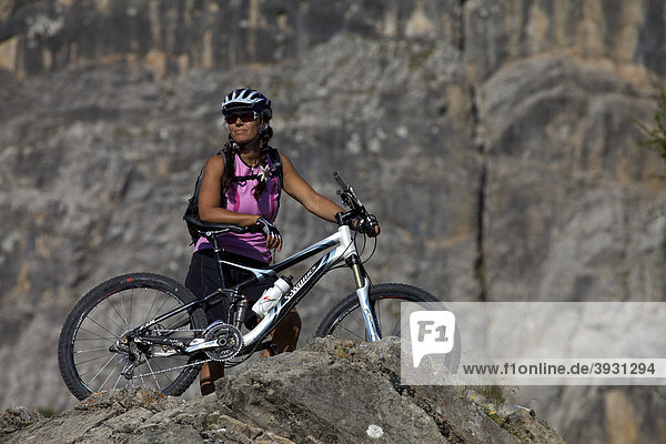 Mountain bike rider at Mt. Kreuzkofel  Naturpark Fanes-Sennes-Prags  Trentino  South Tyrol  Italy  Europe
