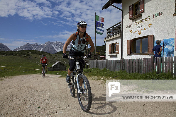 Mountain bike riders at the Senes mountain lodge  Naturpark Fanes-Sennes-Prags  Trentino  South Tyrol  Italy  Europe