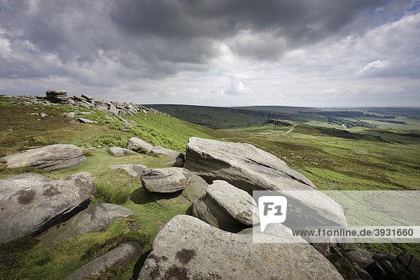 Hathersage Moor  Blick von Higger Tor nach Carl Wark  Fort aus der Eisenzeit  Peak District National Park  Derbyshire  England  Vereinigtes Königreich  Europa