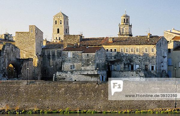 Mittelalterliche Gebäude und Stadttor am Ufer der RhÙne  Arles  Bouches-du-RhÙne  Provence-Alpes-CÙte d'Azur  Südfrankreich  Frankreich  Europa
