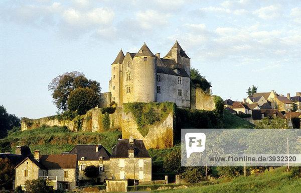 Burg über mittelalterlichem Dorf  Morgensonne  PÈrigord  Dordogne  Frankreich  Europa