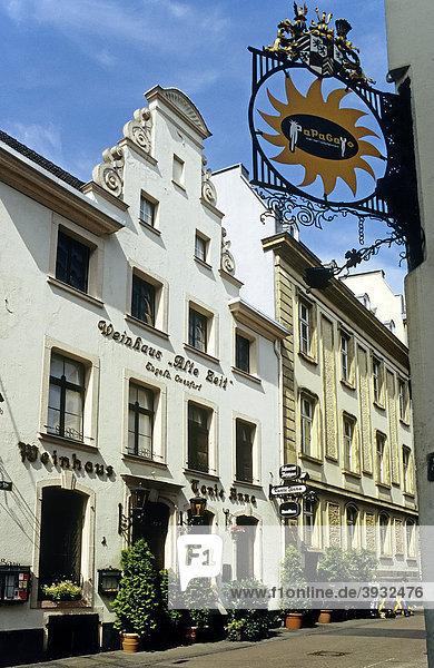 Weinhaus in historischem Gebäude,  Andreasstraße,  Altstadt,  Düsseldorf,  Nordrhein-Westfalen,  Deutschland,  Europa