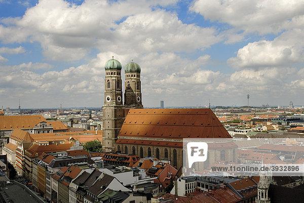 Blick auf München und die Frauenkirche vom Alten Peter  Kirchturm  München  Bayern  Deutschland  Europa