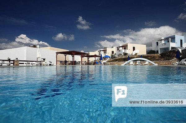 Swimmingpool  Hotelanlage  Insel Karpathos  Ägäische Inseln  Ägäis  Dodekanes  Griechenland  Europa