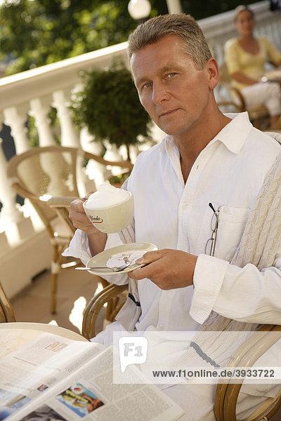 Mann mit Cappuccino